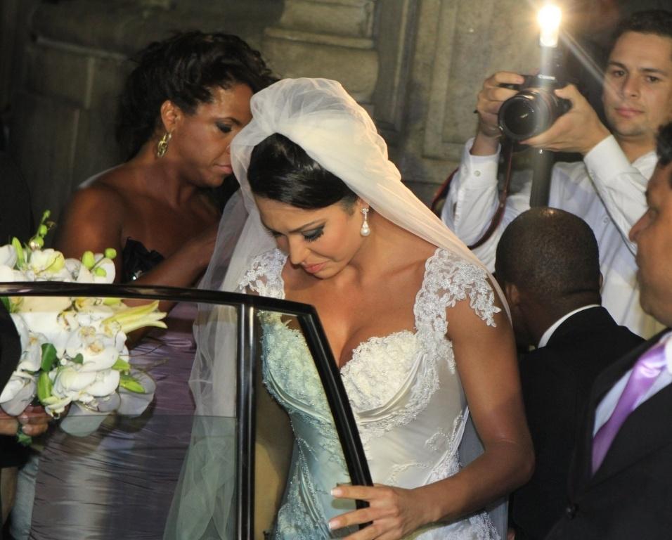 Gracyanne Barbosa acena para dezenas de fãs que aguardam seu casamento com o cantor Belo, que acontece na Igreja da Candelária nesta sexta (18/5/2012)