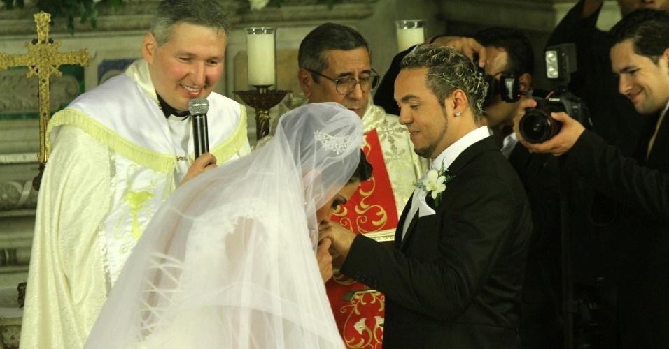Gracyanne beija a mão de Belo durante a troca de alianças, o casal já está casado no civil desde junho de 2011