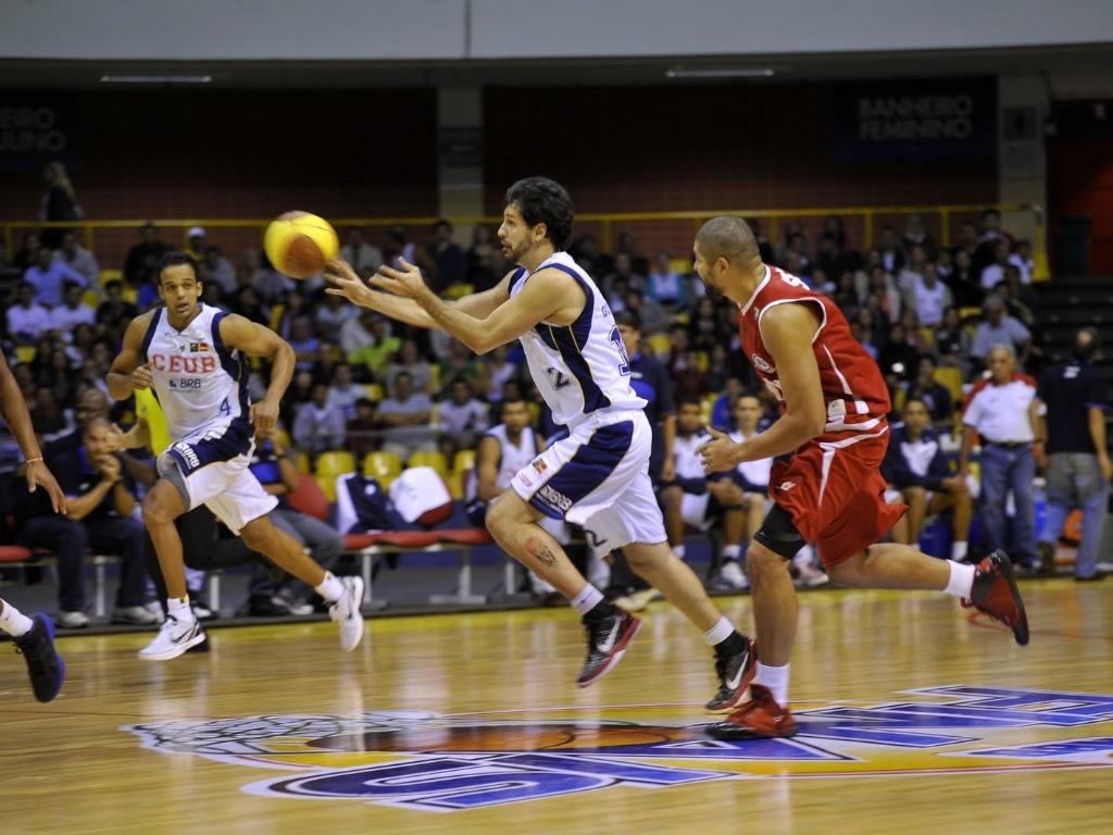 Guilherme Giovannoni, do Brasília, puxa o contra ataque durante jogo contra o Pinheiros