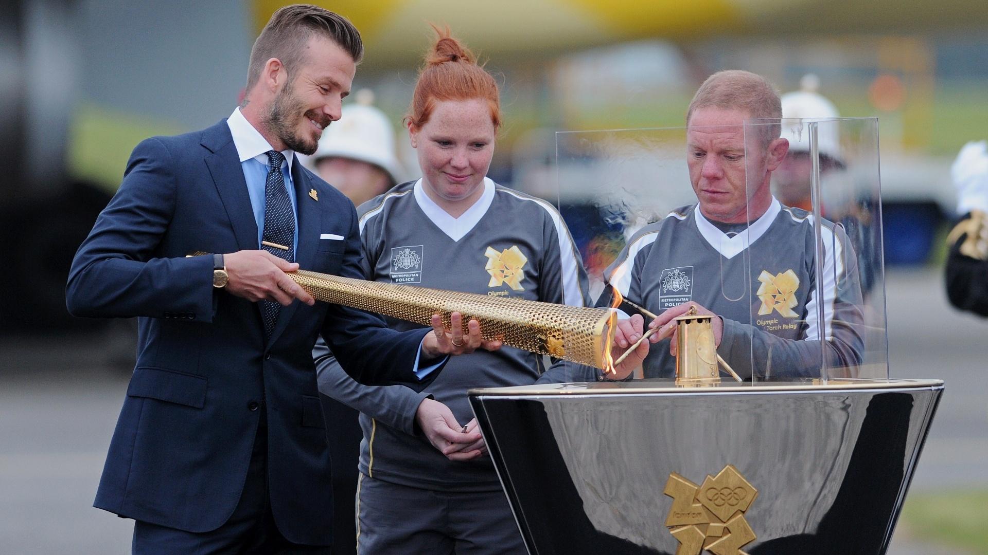 Já em solo britânico, Beckham ilumina uma das piras com o fogo olímpico
