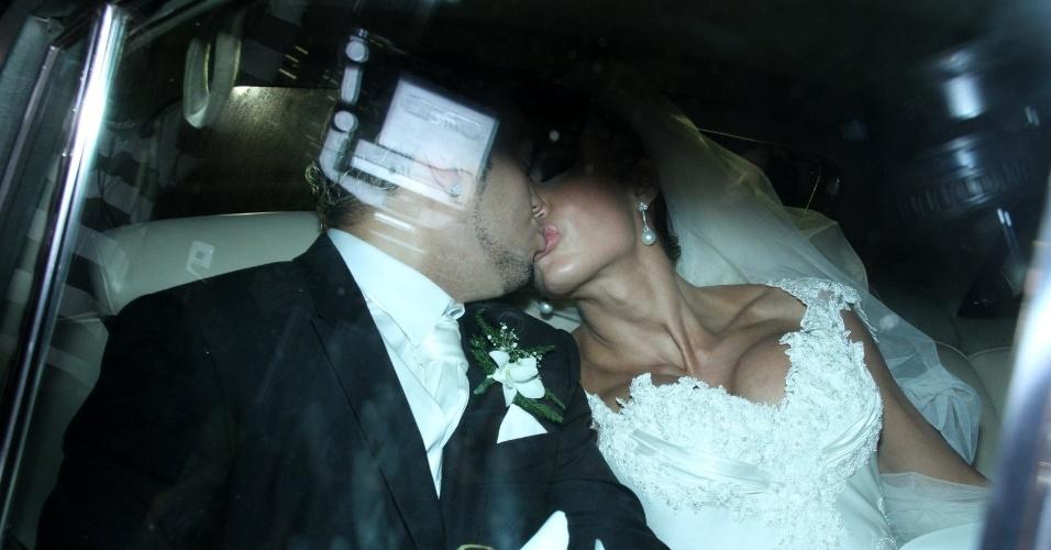 Já no carro, o casal se despede da Igreja e dos fãs na rua com um beijo (18/5/2012)