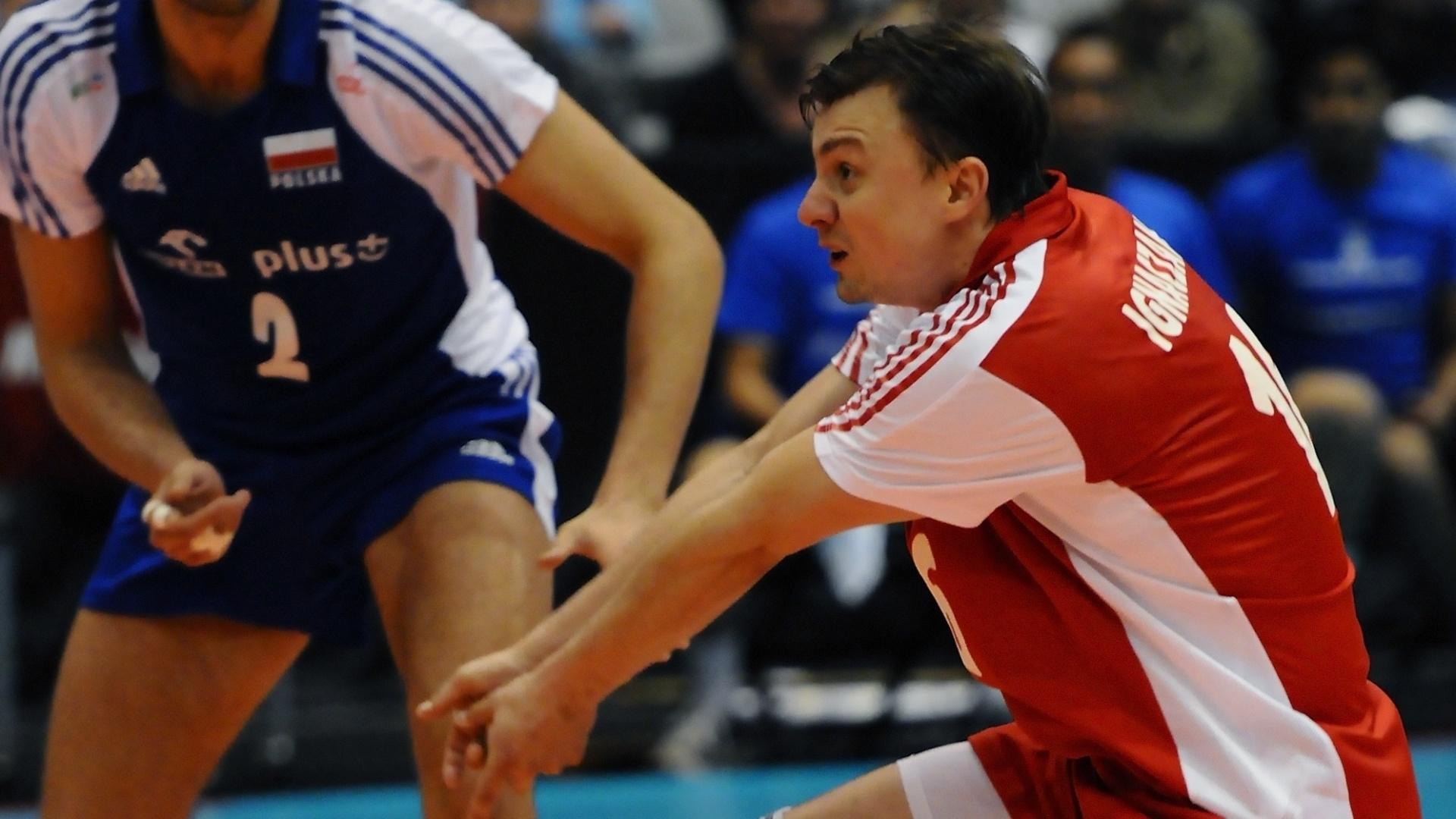 Krysztof Ignaczak, da Polônia, tenta o passe enquanto é observado pelo companheiro Michal Winiarski