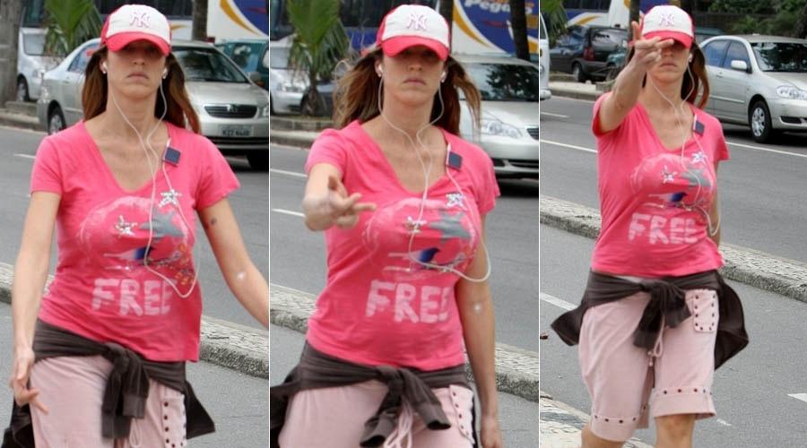 Luana Piovani faz gesto com o dedo médio para paparazzo durante caminhada pela orla de Ipanema (18/5/2012)