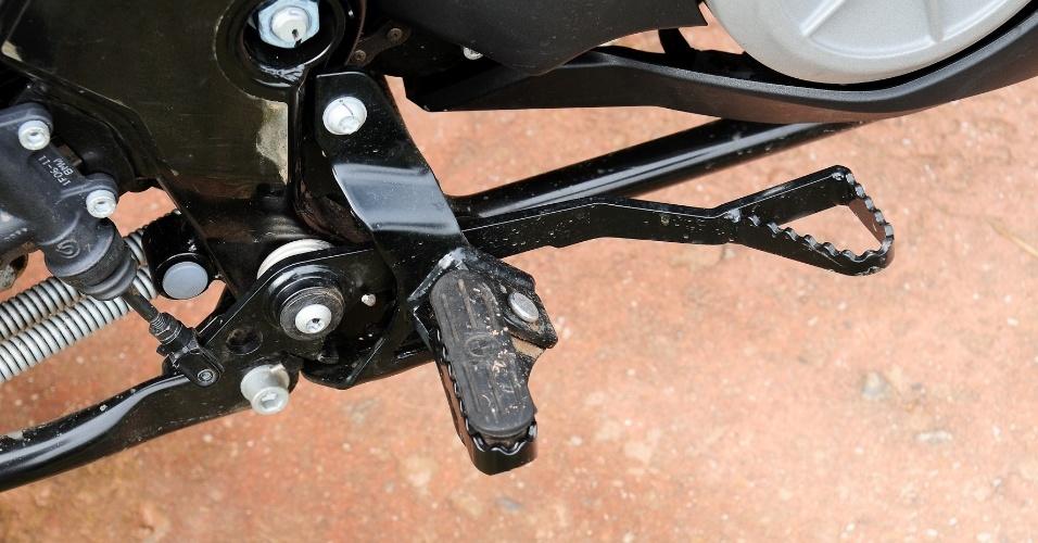 Na BMW, pedaleiras finas incomodam ao se pilotar de pé