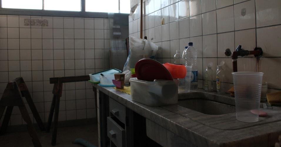 Na escola, há uma cozinha. Nela, são preparados alimentos para ajudar os colegas em dificuldades financeiras
