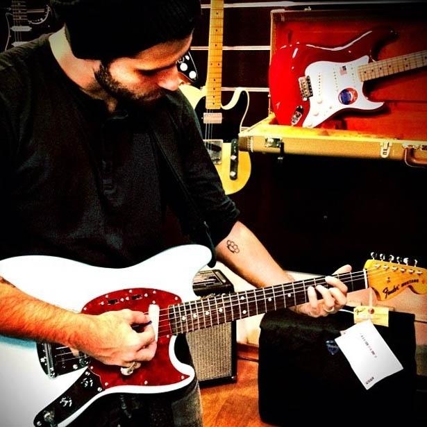 No Twitter, Bruno Gagliasso mostra foto em que aparece de barba, tocando guitarra (18/5/2012)