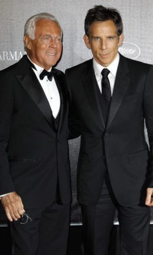 "O ator Ben Stiller e o estilista Giorgio Armani posam na chegada ao evento beneficente ""Haiti: Carnaval em Cannes"", durante o Festival de Cannes 2012 (18/5/2012)"
