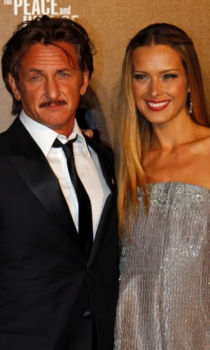 O ator Sean Penn posa com a modelo Petra Nemcova na chegada ao aevento beneficente &#34;Haiti: Carnaval em Cannes&#34;, durante o Festival de Cannes 2012 (18/5/2012)