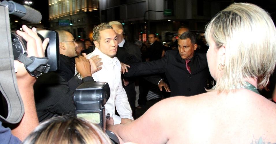 O cantor Belo chegou ao seu casamento escoltado por policiais e seguranças (18/5/2012)