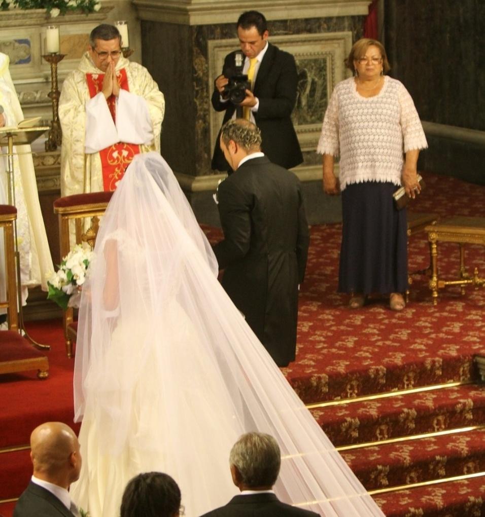 O cantor Belo e a dançarina Gracyanne se casam em cerimônia realizada por Padre Marcelo Rossi, na Igreja da Candelária (18/5/2012). O véu de Gracyanne tem quase três metros
