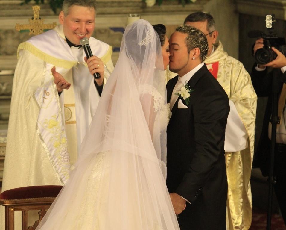 O casal se beija encerramento a cerimônia na Igreja da Candelária (18/5/2012)