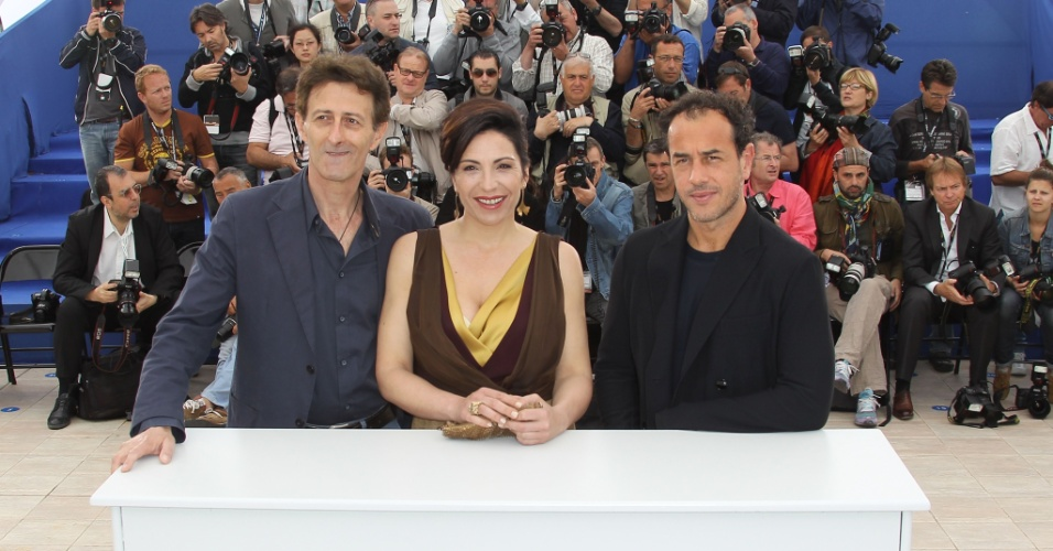 """O diretor italiano Matteo Garrone (à dir.), a atriz Loredana Simioli e o ator Nando Paone durante a apresentação do filme """"Reality"""" no Festival de Cannes 2012 (18/5/12)"""