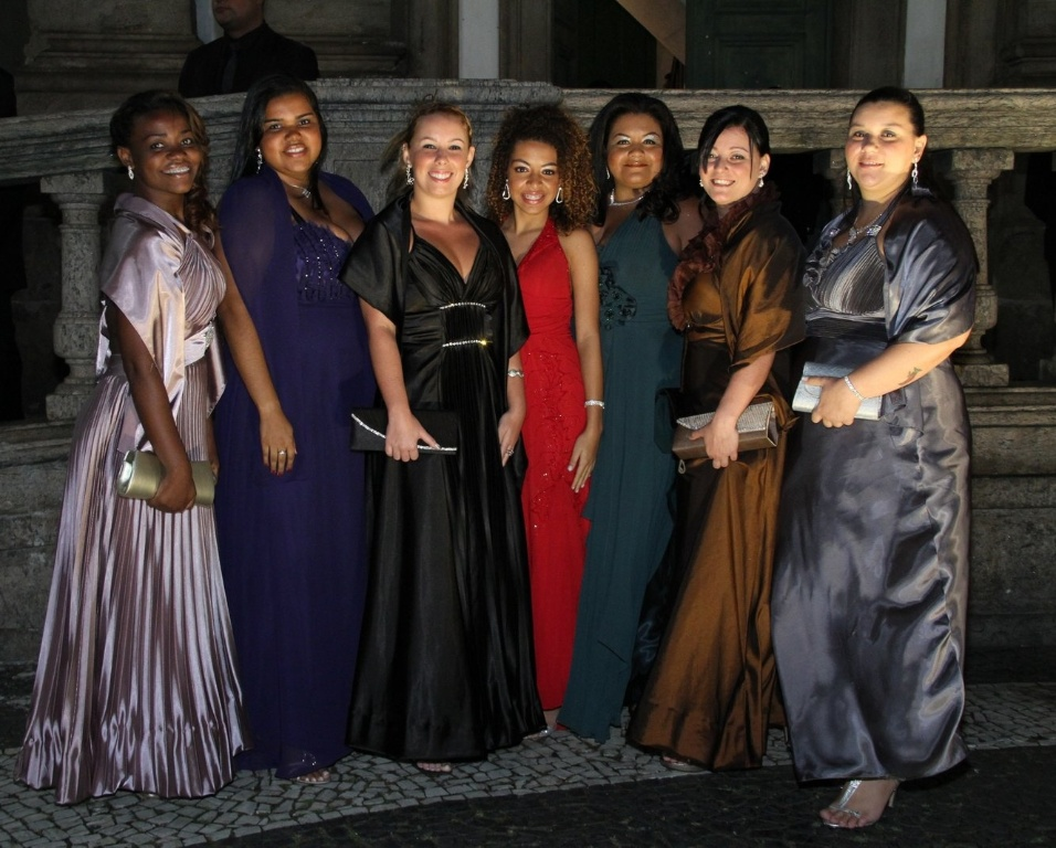 """Meninas do fã-clube """"Primavera"""" dedicado ao cantor Belo, foram convidadas pela própria Gracyanne para assistir a cerimônia na Igreja da Candelária (18/5/2012)"""