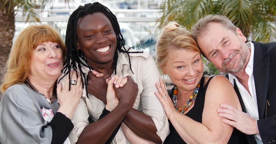 """Os atores Inge Maux, Peter Kazungu e Margarethe Tiesl posam ao lado do diretor Ulrich Seidl durante apresentação do filme """"Paradies:Liebe"""" no Festival de Cannes 2012. O longa está na competição oficial (18/5/12)"""