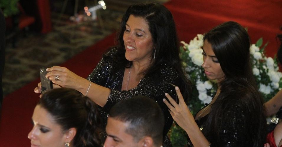 Regina Casé fotografa a saída dos noivos da Igreja da Candelária (18/5/2012)