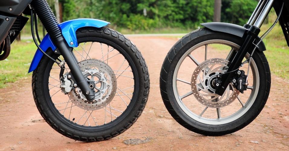 Rodas dianteiras mostram a diferença de proposta entre as duas: Yamaha (esquerda) vai melhor no off-road, enquanto BMW ganhar força em curvas e no asfalto