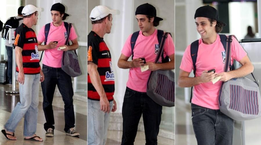 Ronny Kriwat, o Tomás de ?Avenida Brasil?, é assediado por fã em aeroporto do Rio