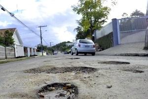 Rua Bananal, em Joinville (SC), tem centenas de buracos em trecho de 500 metros