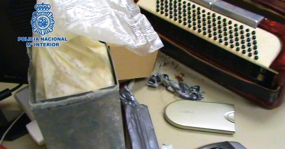 19.mai.2012 - Imagem divulgada neste sábado (19) pela polícia espanhola mostra 47 kg de cocaína  apreendidos durante operação para desarticular rede de narcotráfico no país. A droga estava escondida em brinquedos infantis e instrumentos musicais. Ao todo, 31 pessoas foram detidas em Madri, capital da Espanha