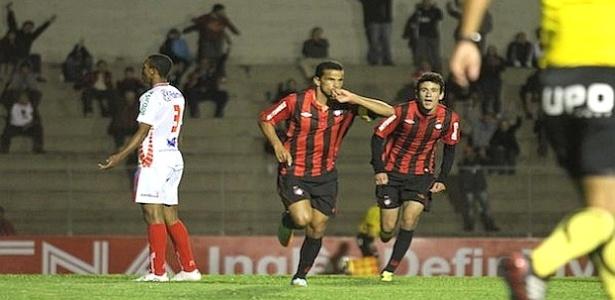 Atacante Bruno MIneiro comemora gol pelo Atlético-PR