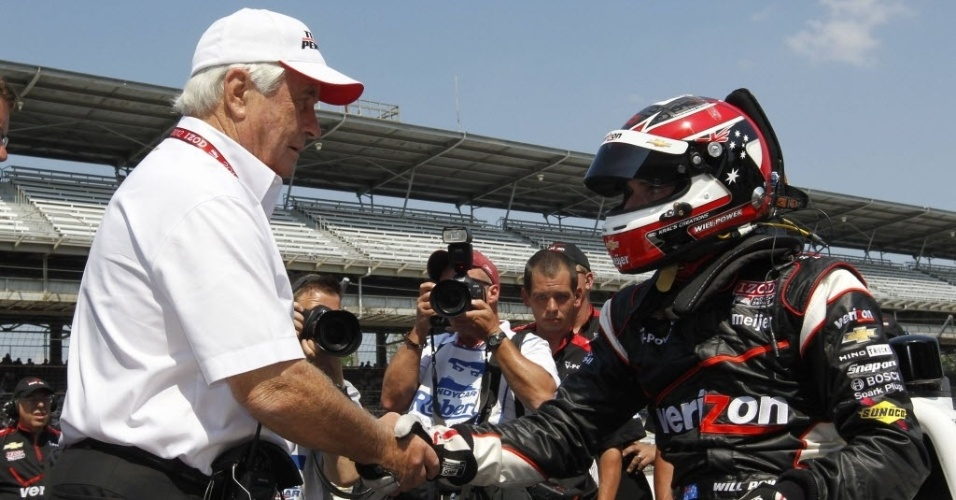 Will Power, da Team Penske, cumprimenta Roger Penske, antes da classifica&#231;&#227;o