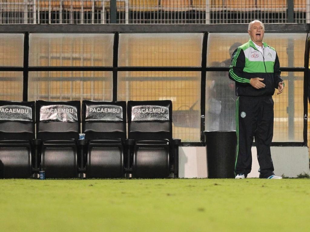 Felipão, técnico do Palmeiras, orienta sua equipe durante jogo contra a Portuguesa