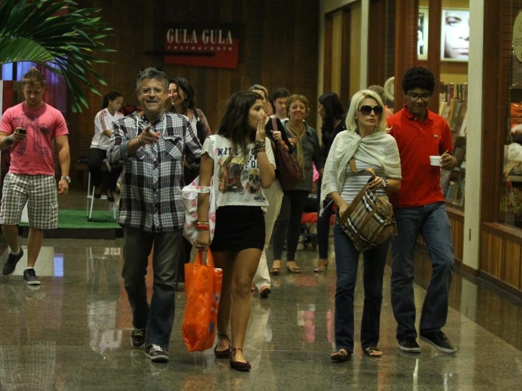 Marcos Paulo passeia em shopping da zona oeste do Rio (19/5/12)