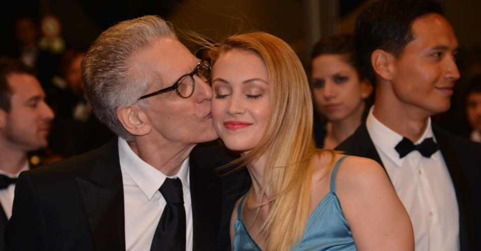 O cineasta David Cronenberg d&#225; um beijo na atriz Sarah Gadon (19/5/12). David prestigiou o filme &#34;Antiviral&#34; dirigido pelo seu filho Brandon Cronenberg