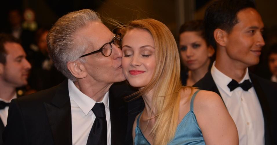 """O cineasta David Cronenberg dá um beijo na atriz Sarah Gadon (19/5/12). David prestigiou o filme """"Antiviral"""" dirigido pelo seu filho Brandon Cronenberg"""