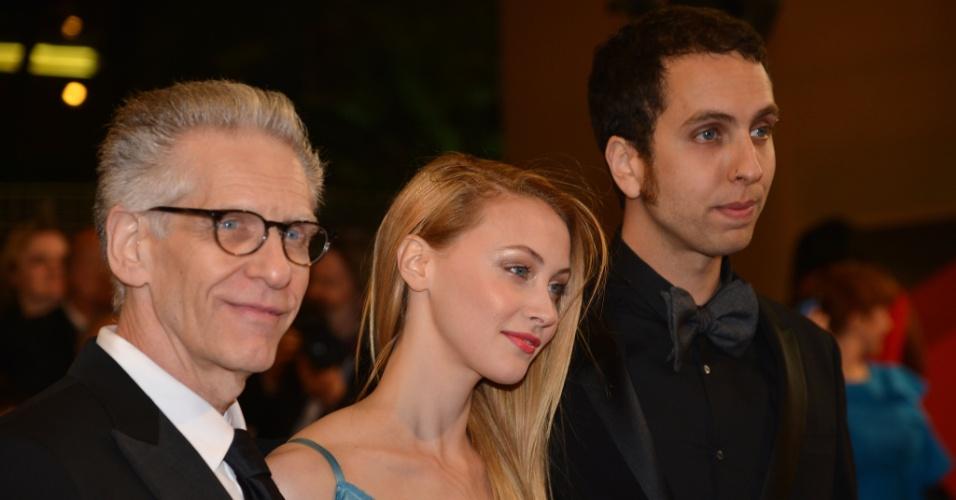 """O diretor David Cronenberg posa ao lado da atriz Sarah Gadon e do filho, Brandon Cronenberg na première do filme """"Antiviral"""" (19/5/12)"""