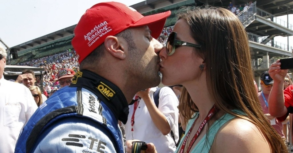 Tony Kanaan beija sua mulher, Dani, para ganhar confian&#231;a antes dos treinos classificat&#243;rios