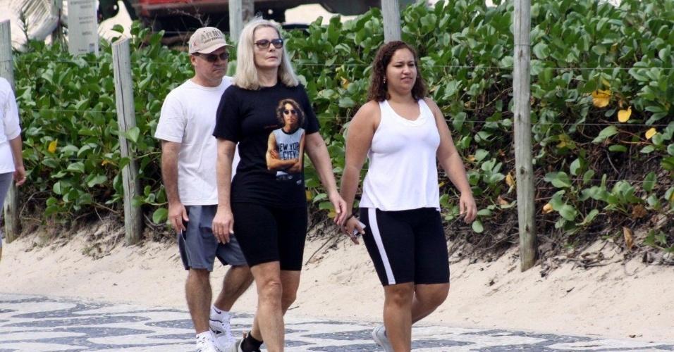 Vera Fischer caminha pela orla do Leblon, zona sul do Rio (19/5/12)