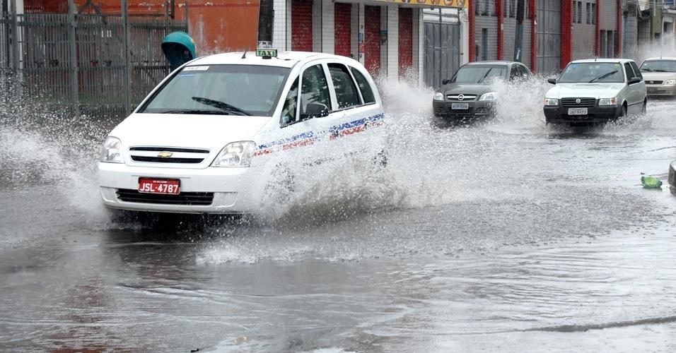 20.mai.2012 - Chuva forte castiga Salvador, neste domingo (20), e deixa vários pontos de alagamento na região do centro da cidade