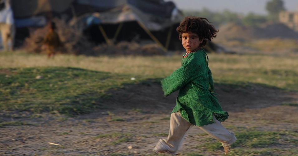 20.mai.2012 - Garota corre na cidade de Herat, no Afeganistão