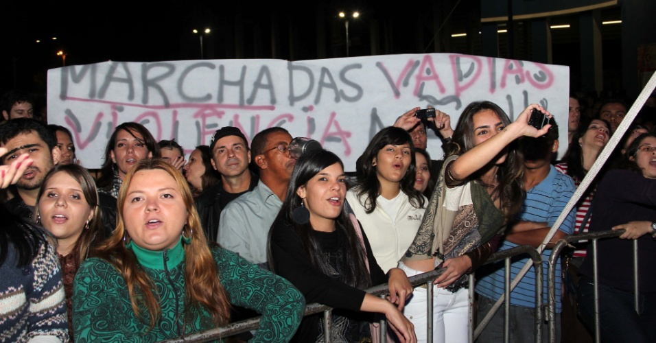 20.mai.2012 - Mulheres fizeram uma &#34;Marcha das Vadias&#34; na madrugada deste domingo (20), na cidade de Araraquara, no interior de S&#227;o Paulo, em protesto contra a viol&#234;ncia contra a mulher. A marcha aconteceu durante a Virada Cultural Paulista, que  acontece neste final de semana em 27 cidades do interior do Estado de S&#227;o Paulo