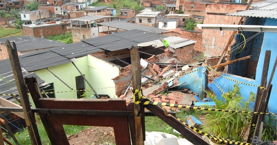 20.mai.2012 - Vista do desabamento de uma casa no bairro perif&#233;rico de Saramandaia, em Salvador, neste domingo (20). Duas crian&#231;as, um menino de 2 anos e uma menina de 6, ficaram feridos e foram socorridas por vizinhos e n&#227;o correm perigo de vida