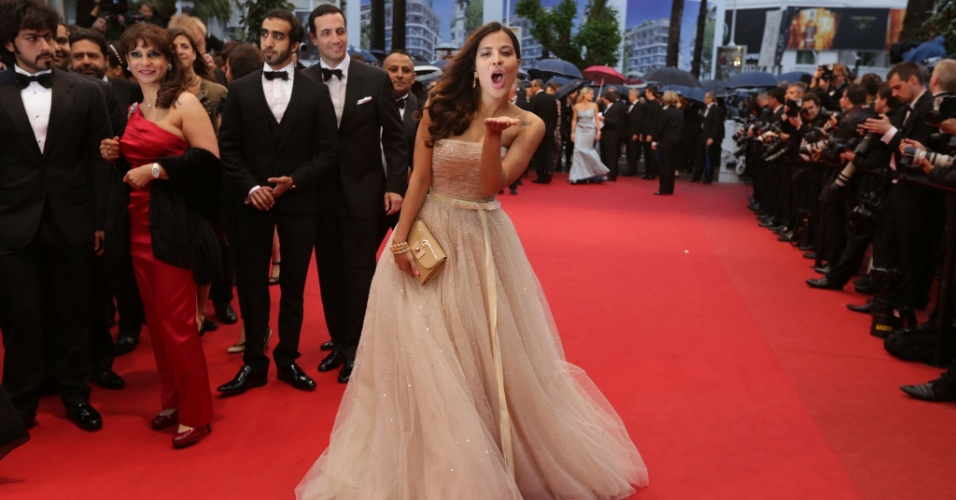 "A ex-BBB Gyselle Soares manda beijo para os fotógrafos durante a première do filme ""Amour"" (20/5/12)"