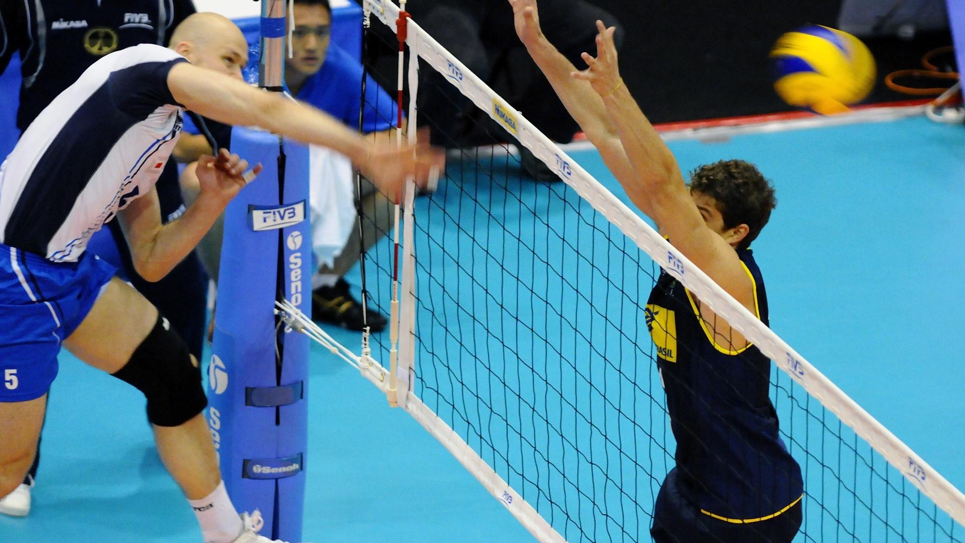 Bruninho tenta bloqueio; levantador tomou vaga de Ricardinho e foi titular contra a Finlândia