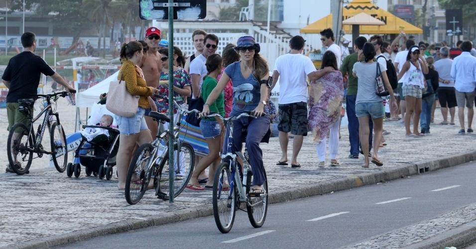 Christine Fernandes pedala pela orla do Leblon, zona sul do Rio (20/5/12)