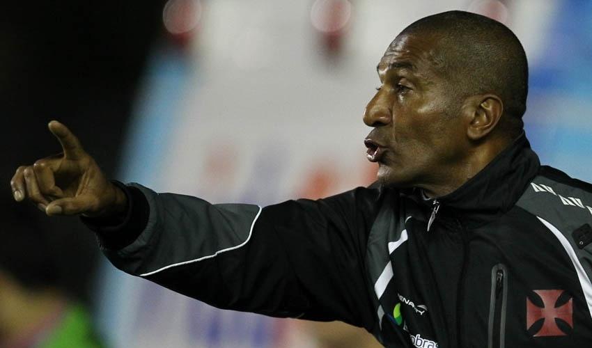 Cristovão Borges, técnico do Vasco, orienta sua equipe durante jogo contra o Grêmio
