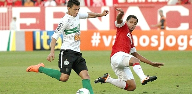 Renan Oliveira, do Coritiba, tenta finalização diante do Internacional (20/05/2012)