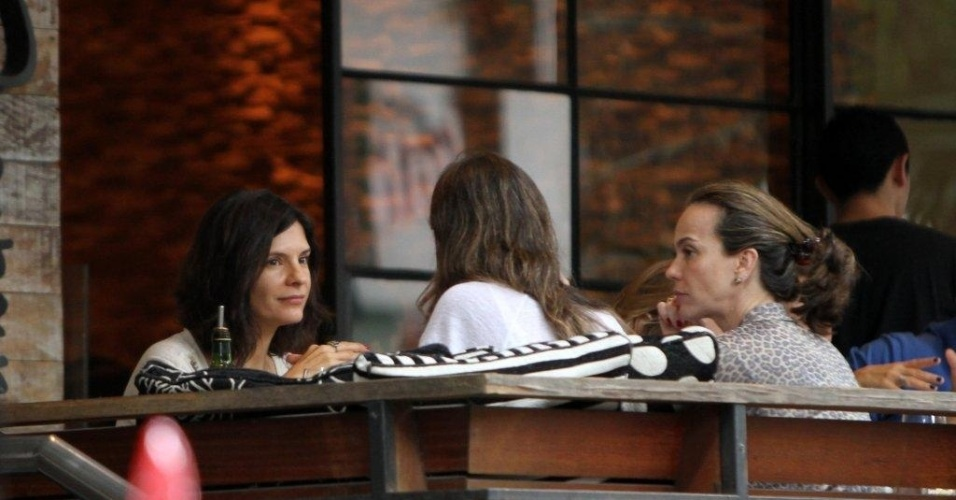 Helena Ranaldi e Fl&#225;via Monteiro almo&#231;am em restaurante no Leblon, zona sul do Rio (20/5/12)