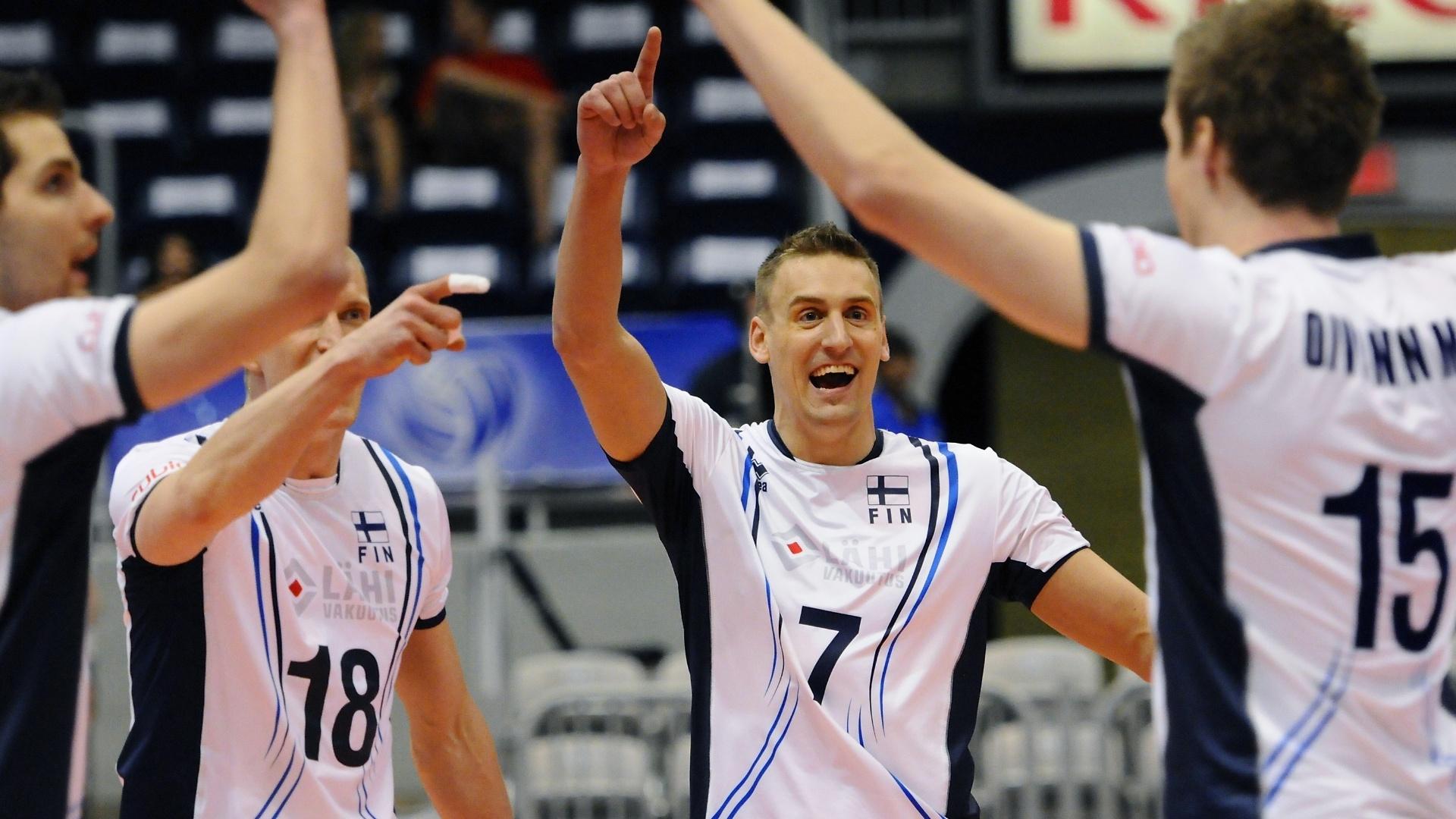 Jogadores da Finlândia comemoram ponto no primeiro set, que venceram o Brasil por 25 a 23