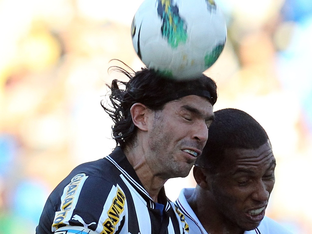 Loco Abreu, atacante do Botafogo, faz careta ao disputar a bola com o zagueiro do So Paulo
