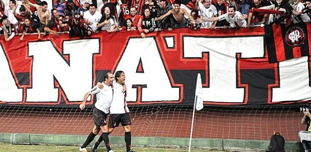 Meia Paulo Baier comemora com Rena Teixeira gol do Atlético sobre o Joinville (19/05/2012)