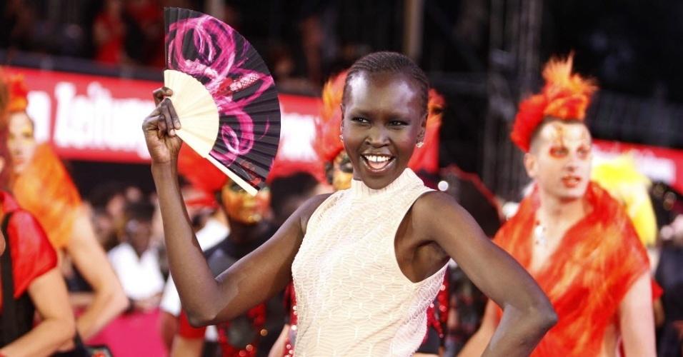 Modelo Alek Wek, do Sudão do Sul, faz pose para os fotógrafos durante a cerimônia de abertura da 20ª edição do