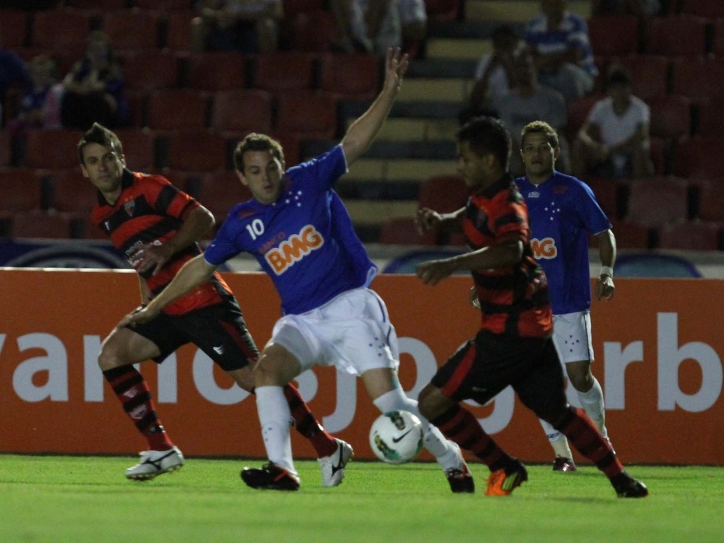 Montillo, meia do Cruzeiro, tenta proteger a bola em jogo contra o Atltico-GO