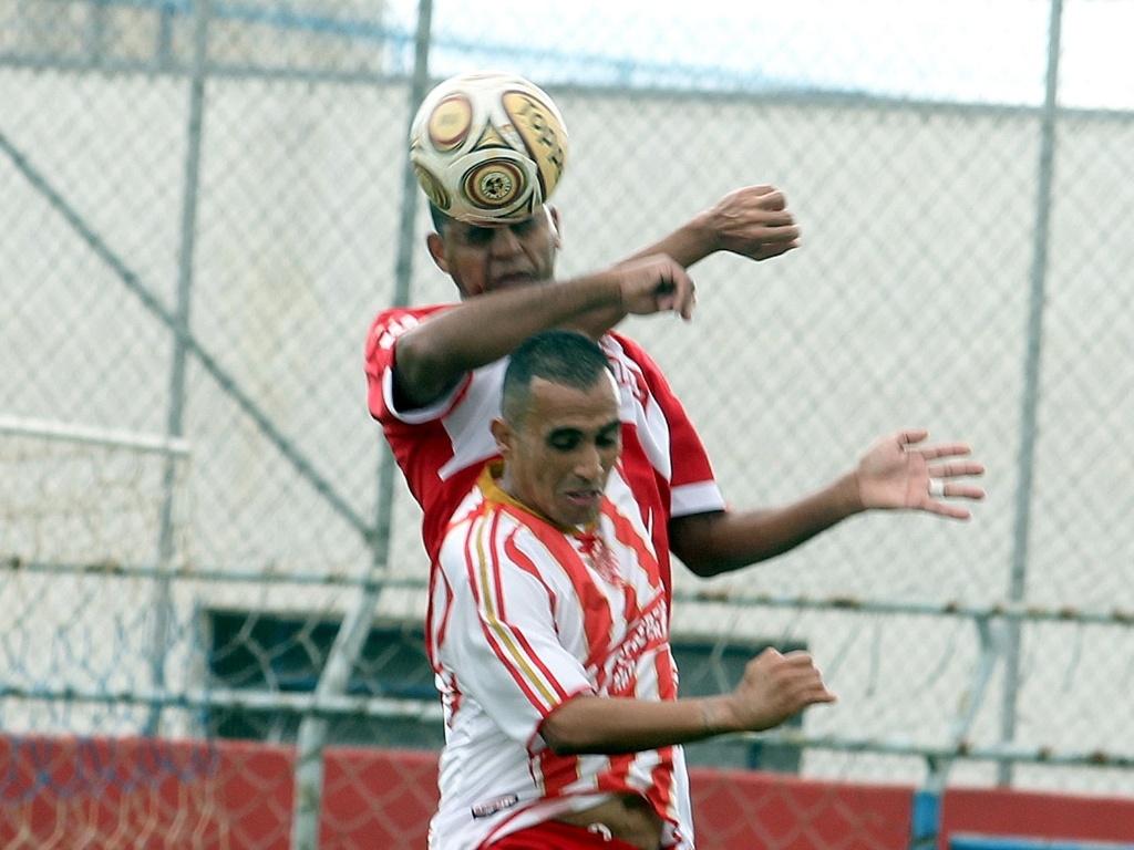 O Tiradentes (vermelho) venceu o Noroeste (listrado) pelo placar mínimo, na Arena Kaiser