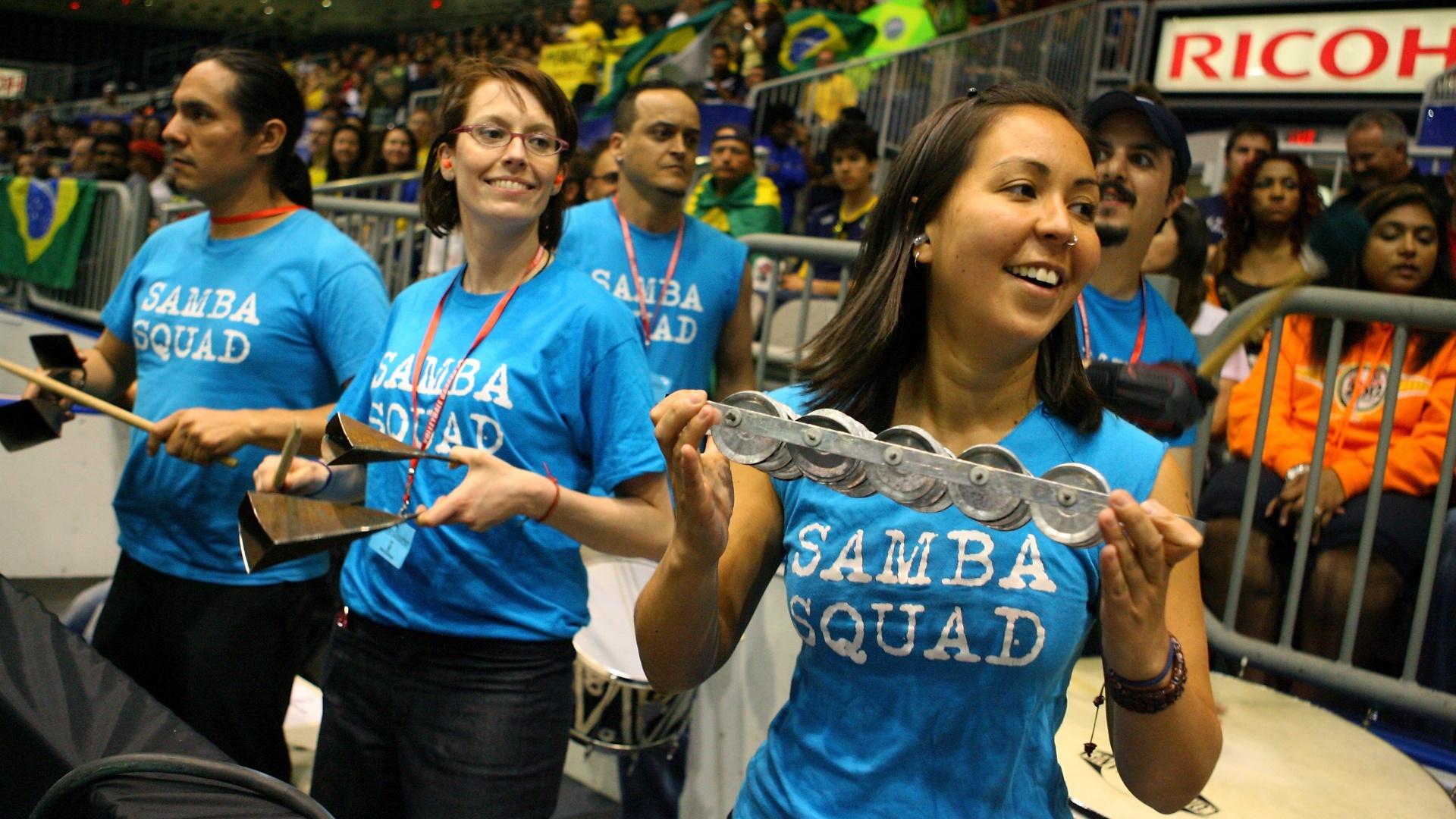Torcedores estampam camisas sobre samba em ginásio que o Brasil venceu a Finlândia