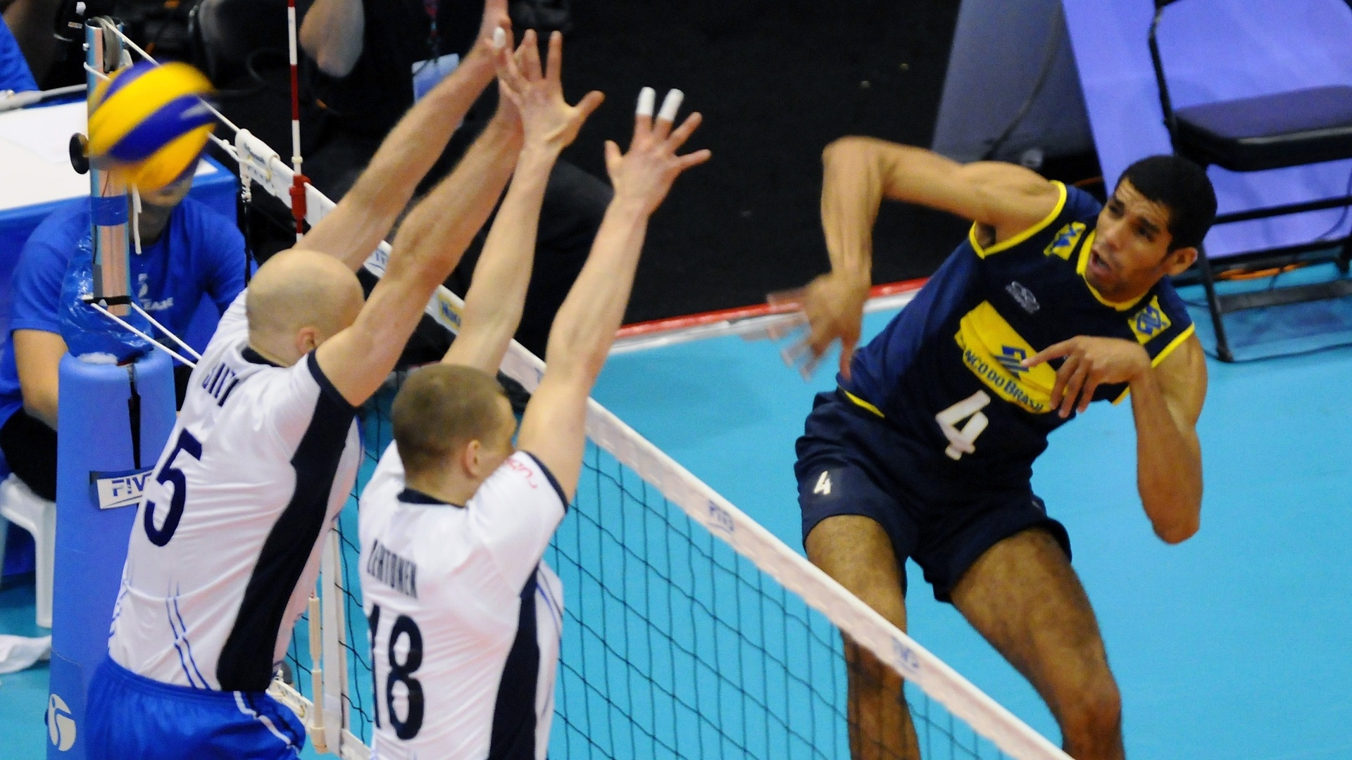 Wallace, maior pontuador do jogo, tenta superar bloqueio finlandês